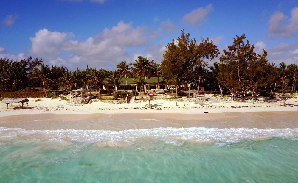 Розовый пляж на острове Кэт